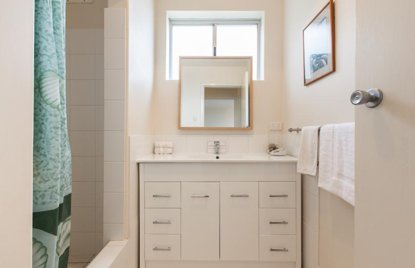 Cottesloe Beachlife Apartment - Bathroom - holiday accommodation rentals for short term stays in Perth