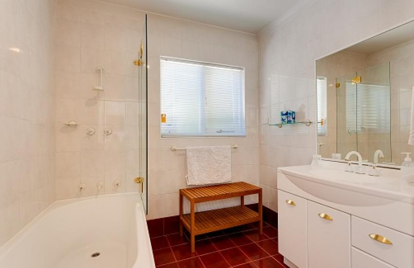 Cottesloe Beach House I - Bathroom - holiday accommodation rentals for short term stays in Perth